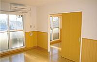 清潔で明るいフローリングの居室