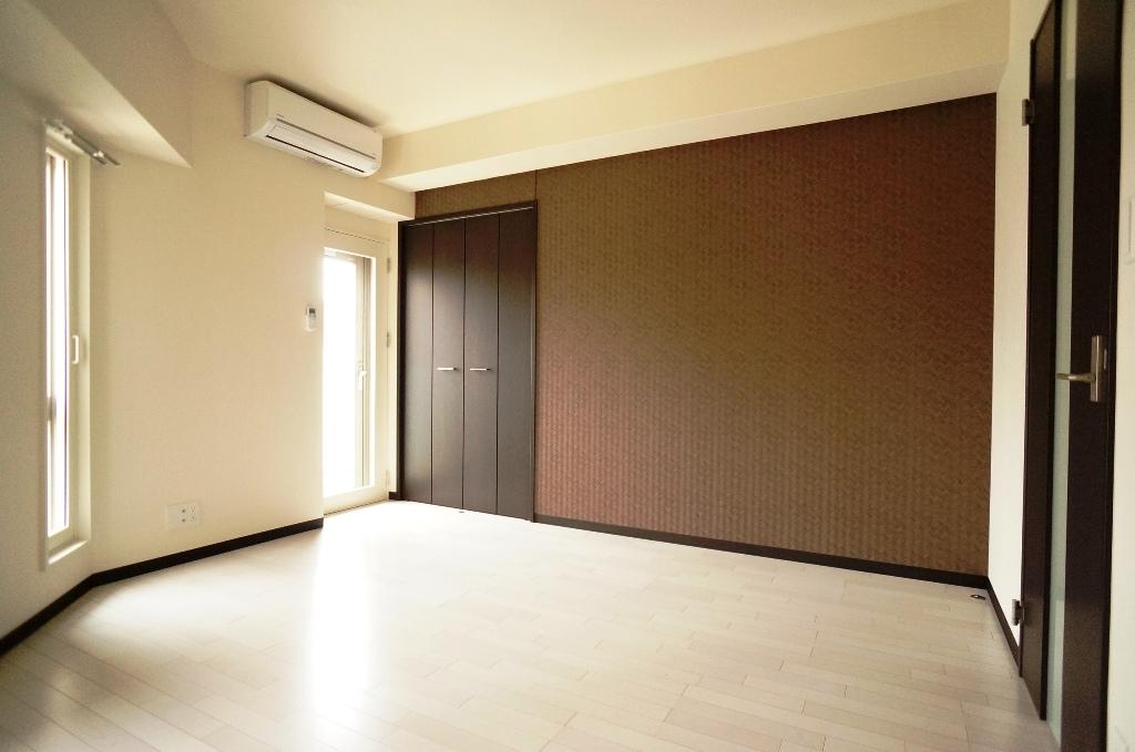 賃貸住戸は約25㎡と1Kとしてはゆとりのある広さ。<br /> 白を基調に濃茶色をアクセントカラーにしたモダンな内装は女性からも好評