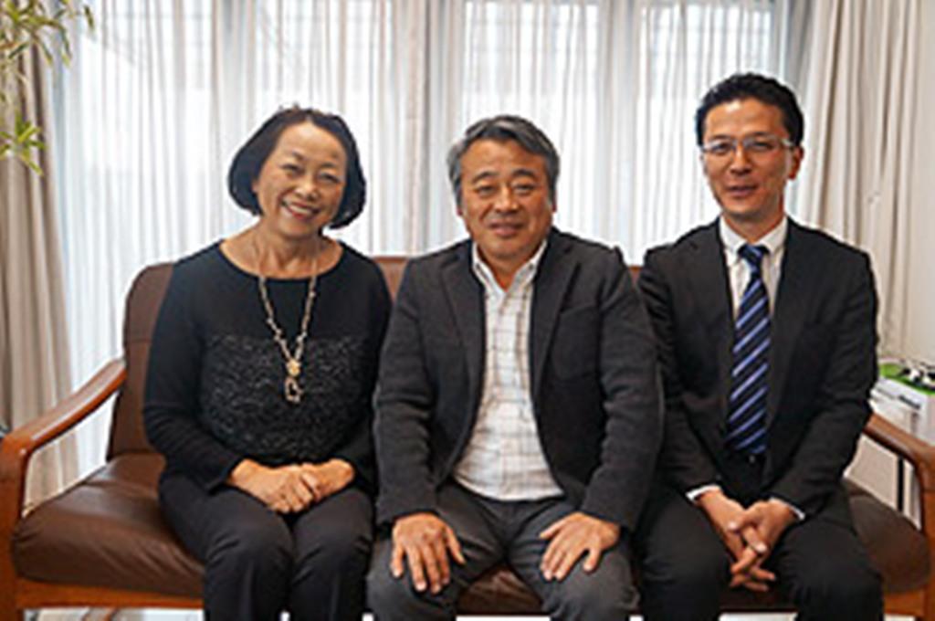 オーナーのT様ご夫妻、営業担当寺田(右)