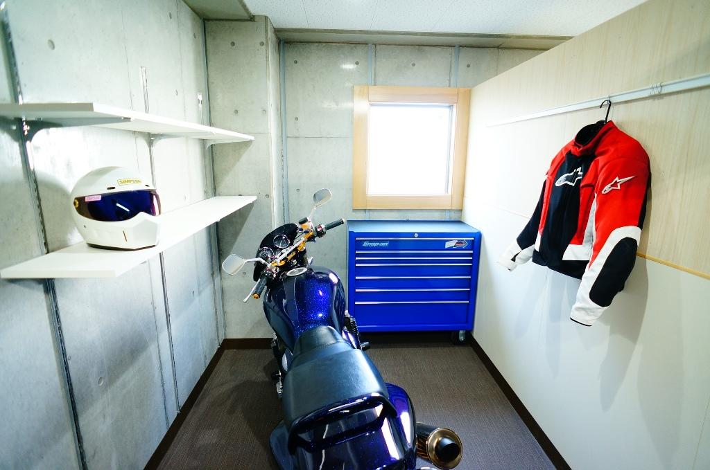 個室は大型バイクもラクラク収納