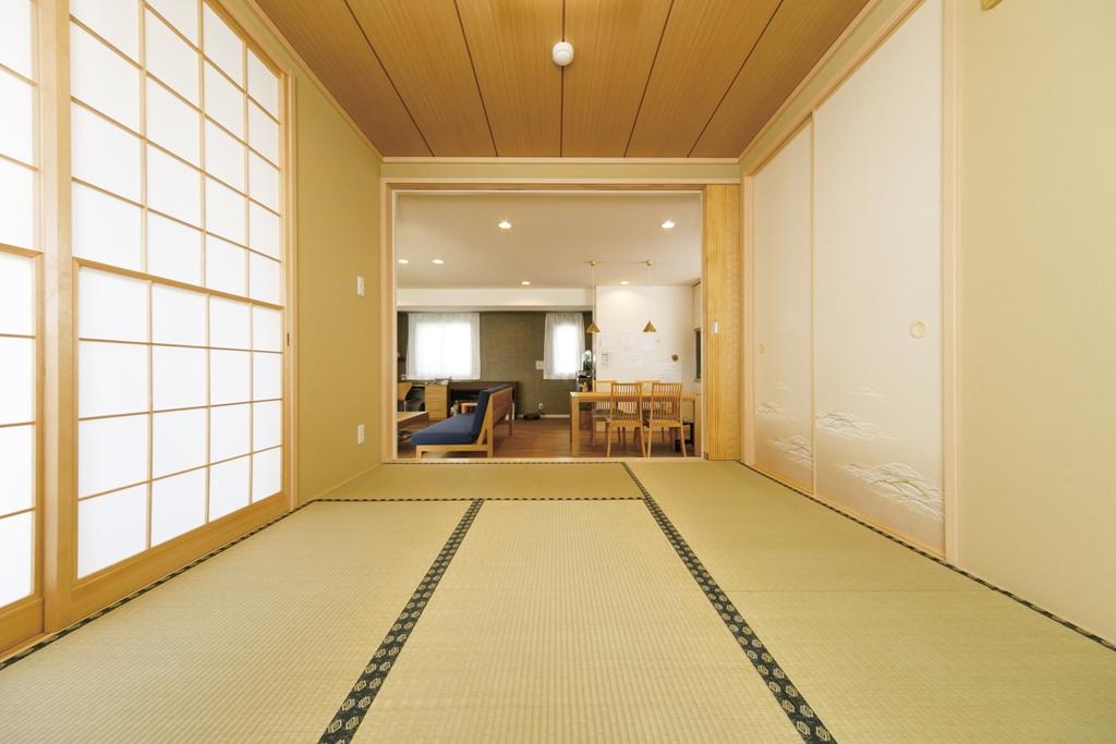 来客時や長男の習い事に使う和室をオーダー。小上がりで下部が収納になっている。
