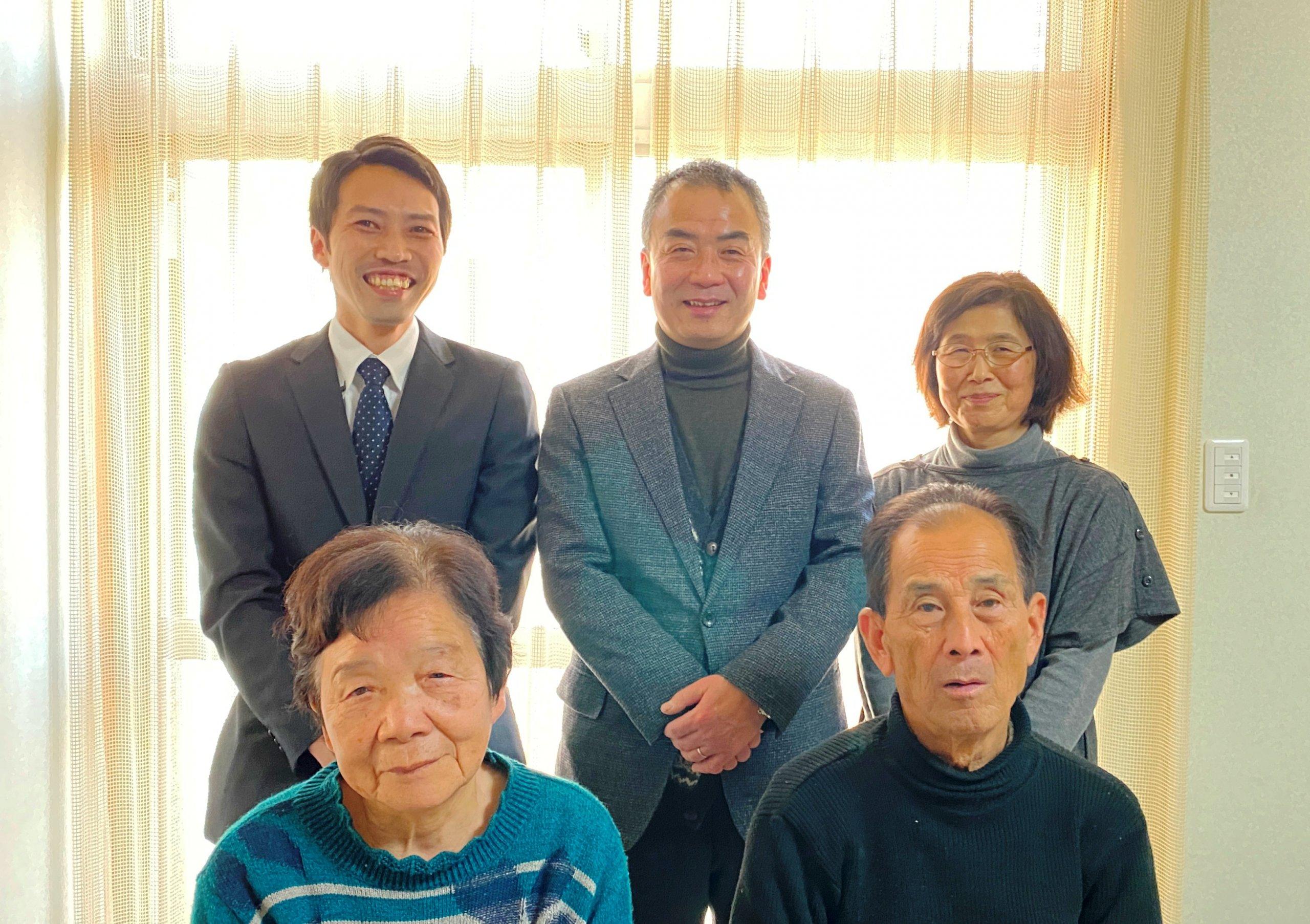 オーナー様ご夫妻(後列中央・右)、ご両親様(前列)と営業担当山川(後列左)