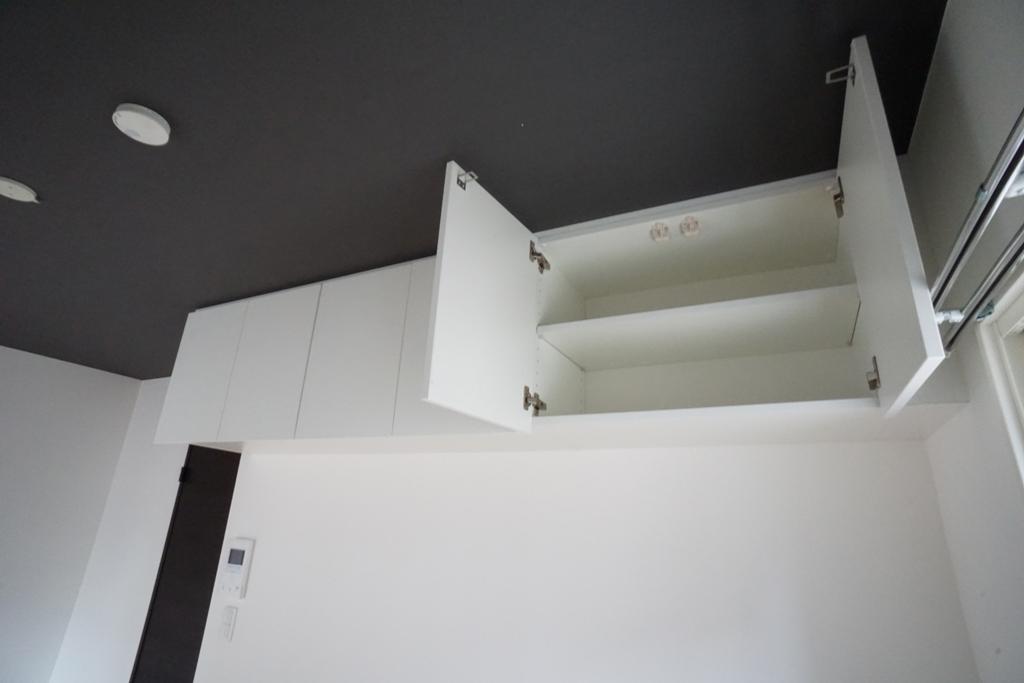 居室内に吊戸棚を設けることで充実の収納